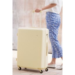 ACE HaNT(ハント) TSAロックスーツケース ストッパー付 75L 4.1kg 薄マチで見た目はスッキリ、容量大きめ。360°回転する4輪キャスターなので、立てたままでもスムースな移動が可能です。持ち手は3段階伸縮。