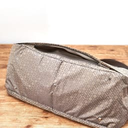ace. ウィルカール ボストンバッグ(大サイズ) 背面ポケットは底のファスナーを開くと、スーツケースの持ち手(バー)にセットアップすることも可能です。