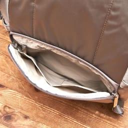 ace.(エース)/フロミニン ポーチ付き リュック 背中に当たる側にはファスナーポケットがあり、貴重品の収納に便利です。