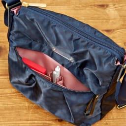 プライベートレーベル メントン ショルダーバッグ 前面ポケット内にはオープンポケットやペン挿しがあり、すぐに取り出したい小物を整理して収納ができます。