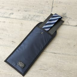 SOLO TOURIST(ソロツーリスト)/ネクタイケース ネクタイを中板に巻きつけてケースに入れます