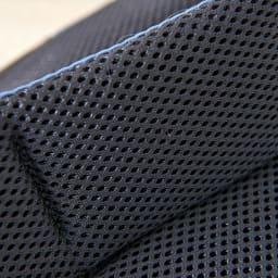 SOLO TOURIST(ソロツーリスト)/レインカバー内蔵 ワンショルダーバッグ 背中は通気性とクッション性を併せ持つエアメッシュを使用しています。