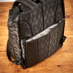 marie claire bis(マリクレール ビス)/ロマーヌ リュック 背面のファスナーポケットにはお財布など貴重品を入れるのに便利