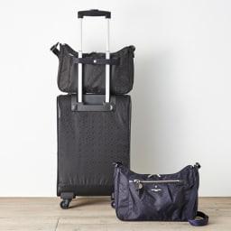 マリ・クレール ボヤージュ リュネット 舟形ショルダーバッグ 背面にはお手持ちのキャリーバッグに取付ける事が可能なセットアップ用ベルト付