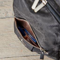 マリ・クレール ボヤージュ リュネット A4対応リュック [前面]ファスナーポケット×1(内/オープンポケット×1)