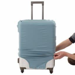 &P スーツケース/キャリーケースカバー かぶせ方(1)キャスター付近にかからないように伸ばして整えます