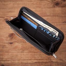 チャンピオン ラッシュ チェーン付長財布 カード・小銭・お札としっかり仕分けして収納可能です。