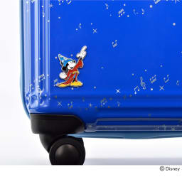 ace.ディズニー映画『ファンタジア』スーツケース ボディ左下には、魔法をかけるミッキーの姿をバッジであしらいました