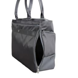 ace.GENE(エース ジーン)/モバイルラパーム B4対応 トートバッグ 正面左側には内装気室・タブレット収納部にアクセス可能なファスナーを設け、通勤時などにバッグを肩に掛けたままでも荷物の出し入れが可能。