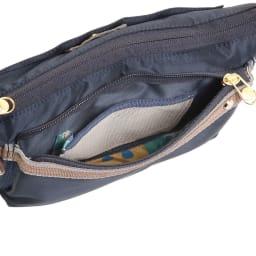 WORLD TRAVELER(ワールドトラベラー)/薄マチショルダーバッグ 前ポケット内にはルームキー専用メッシュポケットを搭載。