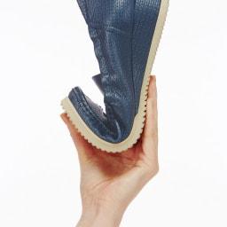 マダム・ナディーヌの魔法のシューズ しなやかな靴底が足裏の動きに柔軟にフィット
