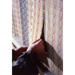 添島勲商店/い草 ロッタ スリッパ(対応約22~25cm) (3)デザイン:長年の経験で色彩のバランスを考慮し、新しく染めたいぐさを選んで構成する。頭に描かれたものを実際に少量ずつ織、その中から今年の柄を決める。