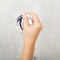 NAGAE+(ナガエプリュス)/collinette コリネット For face 厚みのある側を手で包み込むようにして持つ。