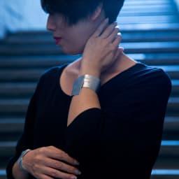NAGAE+(ナガエプリュス)/幅10~60mm TIN BREATH ティンブレス ブレスレット 着用例 (写真左)幅20(写真右)60mm エレガントな雰囲気を醸し出します