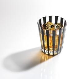 木本硝子/KIKI STRIPE(柾目) タンブラー|黒の江戸切子グラス イメージ画像:こちらは同柄のミニオールドサイズとなります。 黒切子の隙間から漏れる美しい飲料の色目をお楽しみください。