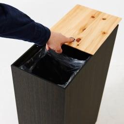 橋本達之助工芸/紀州檜天然木リビングダストボックス容量45L(2分別対応可能)|ゴミ箱 前後2枚をそれぞれスライドできるテーブル天板は片方だけを開けることができます。(こちらは投入口の大きい方になります)