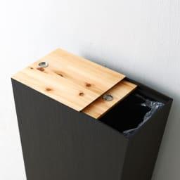 橋本達之助工芸/紀州檜天然木リビングダストボックス容量45L(2分別対応可能)|ゴミ箱 前後2枚をそれぞれスライドできるテーブル天板は片方だけを開けることができます。(こちらは投入口の小さい方になります)