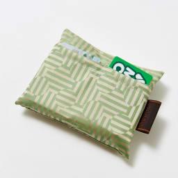 創業1866年槙田商店/傘生地エコバッグ ジャガート織 サークル&ライン柄 外側に便利なカード入れポケット2箇所付き。スーパーのポイントカードなどはここに収納。