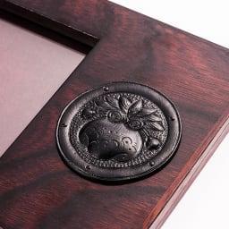 岩谷堂くらしな/写真たて(巾着)|フォトフレーム 飾り金具 南部鉄器は岩手県を代表する伝統工芸品。堅牢な実用性と重厚な装飾性を兼ね備え、岩谷堂箪笥のデザインの特徴にもなっています。