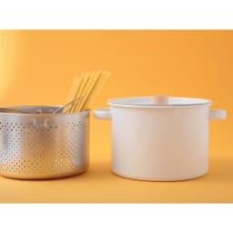 小泉誠・kaico(カイコ)/ホーロー(琺瑯)パスタパン 清潔感のある乳白色のホーローに、白木(天然木)で作られた蓋つまみが印象的なパスタパンは、深型お鍋、パスタ網、鍋ぶたがセットになっています