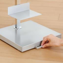 FRAMES&SONS(フレームズアンドサンズ)/キャスター付きブックタワー|本棚 ブックシェルフ ハンドルを持ってキャスターで移動。キャスターは前後方向のみ可動します。