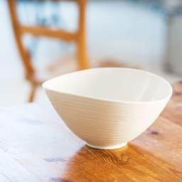 ARITA PORCELAIN LAB(アリタ・ポーセリン・ラボ)/なぶり鉢(大)hakuji/白磁|有田焼 口縁を自然にたわませた、存在感のある深鉢