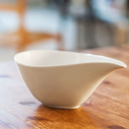 ARITA PORCELAIN LAB(アリタ・ポーセリン・ラボ)/片口(中)hakuji/白磁|有田焼 注ぎ口にかけての美しいラインが魅力的な片口