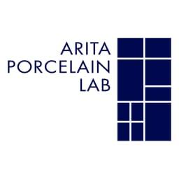 ARITA PORCELAIN LAB(アリタ・ポーセリン・ラボ)/垂れない醤油差し 独楽筋(呉須/青)|有田焼 モダンなデザインのブランドロゴマーク。よく見ると有田の文字が描かれています。 海外を視野にブランディングしていることが伺えるデザインです