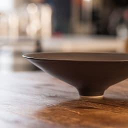 ARITA PORCELAIN LAB(アリタ・ポーセリン・ラボ)/盛鉢 sabi/錆(錆千段)|有田焼 ツバ広の帽子を思わせるようなデザインが特徴の盛鉢