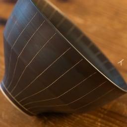 ARITA PORCELAIN LAB(アリタ・ポーセリン・ラボ)/飯碗 sabi/錆 有田焼 イ:錆十草 有田焼の伝統技法である「掻き落とし」の手法によって錆釉を引っ掻き削り取ることで作りだされた器