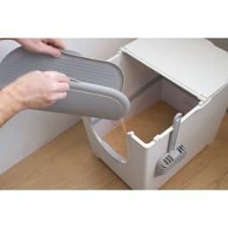 Modkat(モデキャット)/キャッチ リターマット 取っ手で持ち上げ、本体を丸く折り曲げて猫砂を中心に集め、側面から簡単に流しだせます