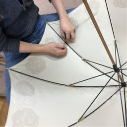 創業1866年槙田商店/ジャカード織 晴雨兼用長傘(UVカット加工) 絵おり 薔薇 親骨と傘生地を1本1本丁寧に縫い付けます