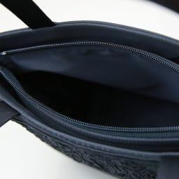 米沢織切替コード刺繍アクセントバッグ 開口部はファスナー式