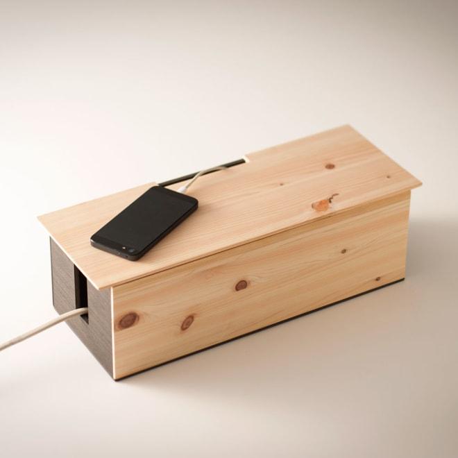 橋本達之助工芸/ケーブルボックス|国産 紀州檜天然木 使用イメージ(※スマートフォンは付属しません)
