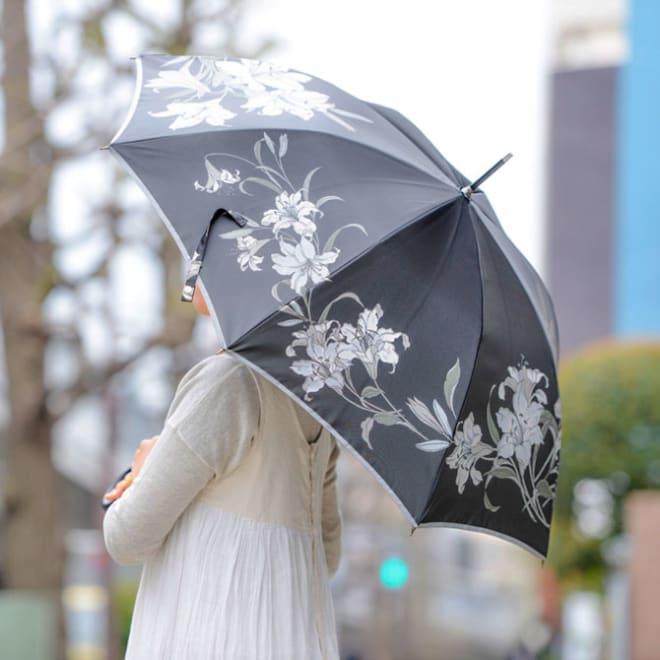 創業1866年槙田商店/ジャカード織 晴雨兼用長傘(UVカット加工) 絵おり 百合/黒 昼の暑さが過ぎた夏の夜、黒の中に浮かび上がる白い百合の花。清楚の中に秘めた気高さ・妖艶さをイメージして織りえがきました