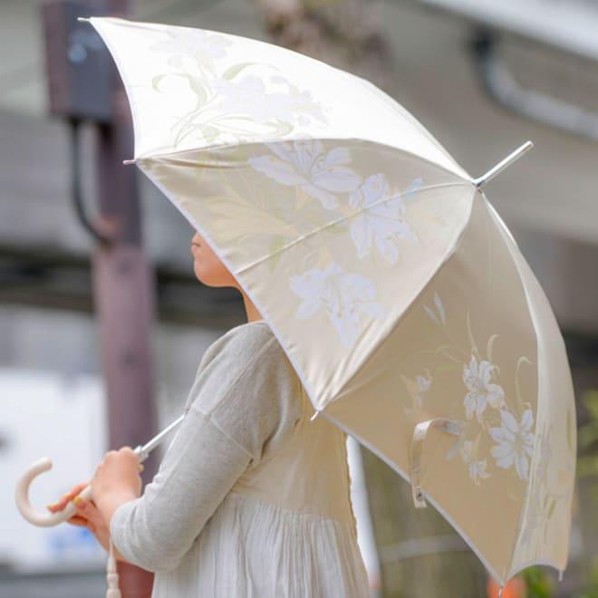 創業1866年槙田商店/ジャカード織 晴雨兼用長傘(UVカット加工) 絵おり 百合/ベージュ 繁栄・美しい女性の象徴として用いられる百合の花。暑い夏の日でも涼やかに清楚で凛とした花嫁姿をイメージして織りえがきました