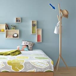 ナラ天然木無垢材製コートハンガーツリー 北欧のベッドルームコーディネート例。寝室だけでなく、玄関やリビングルームにも。ただコートをかけるだけでなく、インテリアのひとつとして見せる収納としても。