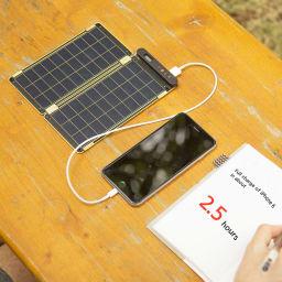 (7.5W)ソーラー充電器ソーラーペーパー ソーラーペーパーは晴れた日なら約2時間半でスマートフォンをフル充電できます。このスピードは、家庭用コンセントでする充電とほぼ同じです。