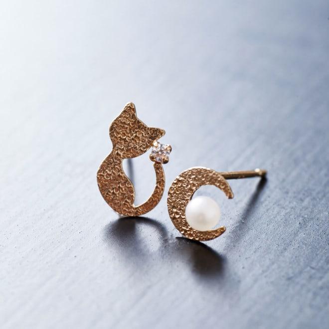 K10 ピアス CAT(猫)&MOON (ア)ゴールド…猫と月のモチーフの左右デザインが異なったピアス。