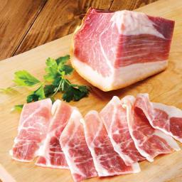 群馬産 麦豚の生ハム(ミニ原木300g) きめの細かい油脂は甘く溶け出し、噛むほどにナッツに似た甘みとチーズのような旨みが口いっぱいに広がります。