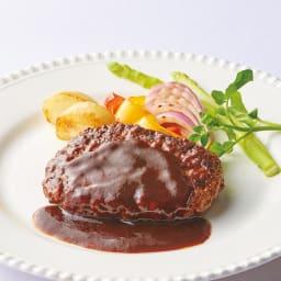 坂井宏行シェフ監修デミグラスハンバーグ (145g×10個)  【通常お届け】 【盛付例】 しっかりと焼き目をつけているので、中にお肉の旨みを閉じ込めたハンバーグ。