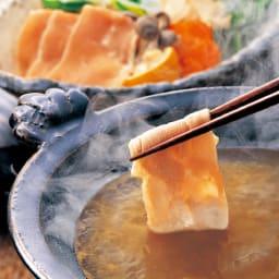 博多華味鳥 味わいしゃぶしゃぶセット 華味鳥を食べやすくスライスにし、こだわりのスープに絡めることでより一層に華味鳥本来の味が際立ちます。