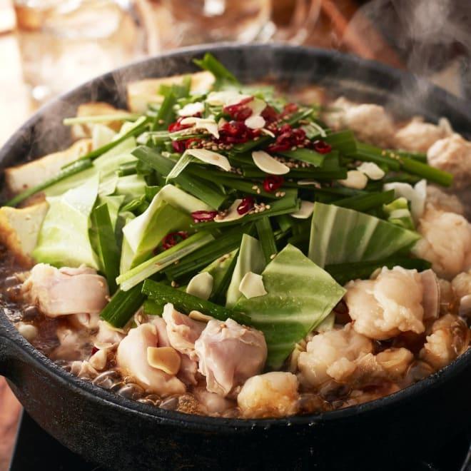 華味鳥の博多もつ鍋セット(醤油味) 水たき料亭「華味鳥」流にアレンジを加え、九州産銘柄鶏「華味鳥」のハラミと牛小腸とを組み合わせたオリジナルなもつ鍋セットです。