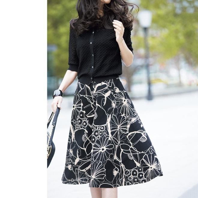 リネン プリント フレアースカート コーディネート例 /透け感×大胆プリントもモノトーンなら知的