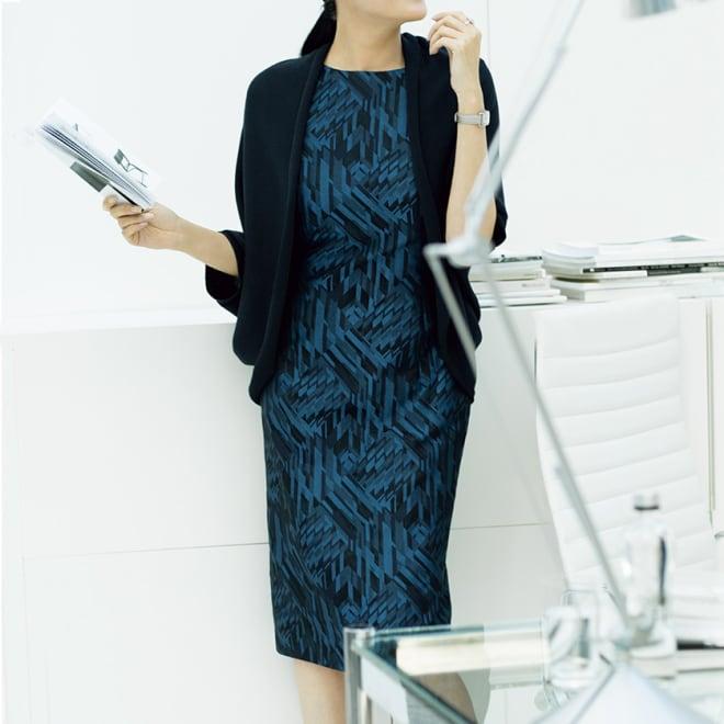 ラッティ社 幾何柄 ジャカード ワンピース コーディネート例 /知的できちんと感のあるネイビーを、まろやかなフォルムのカーディガンと凝った柄のワンピースで女性らしく着こなして。