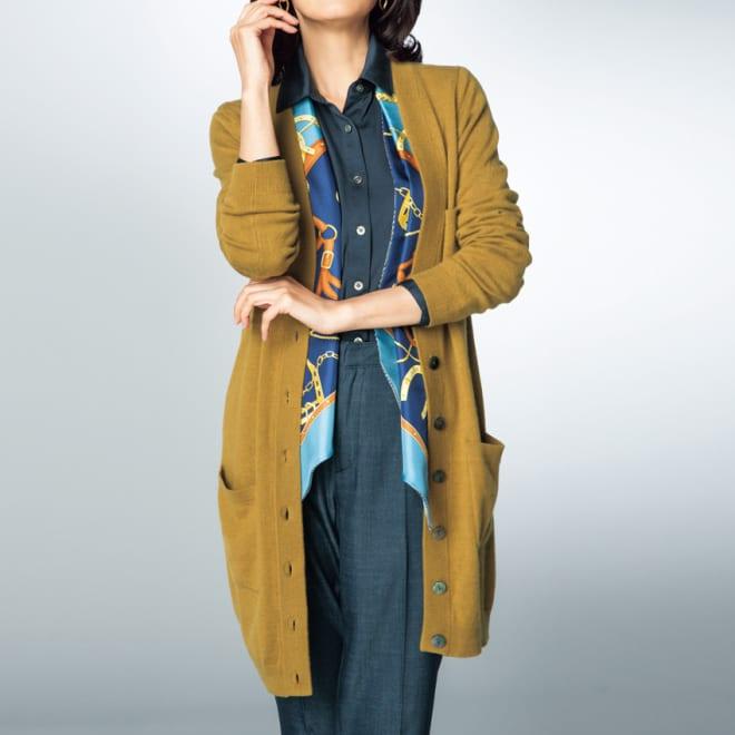 カシミヤ ロングカーディガン (イ)キャメル コーディネート例 /キャメルとネイビーの色合わせが新鮮。カシミヤニットにシルクコットンジャージーシャツ、そこにシルクサテンのスカーフが効いています。パンツでロング&リーンなシルエットに。