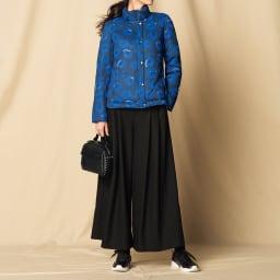 撥水加工 フラワー柄 ダウンジャケット コーディネート例 /スタッズバッグと前衛的なレザースニーカーで、きれいめスポーティな着こなしに。