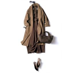 レーヨン混 ロング コクーンワンピース コーディネート例 /チェスター風コートをさっと羽織り、インにマキシ丈が印象的なノースリーブサマードレスを合わせて。同系色のブラウンを素材違い、濃淡のトーンで重ねることで、奥行きのあるシックな表情に。