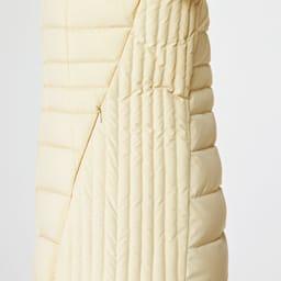 ストレッチ ダウンジャケット 前脇パネルと後ろサイドの肩から裾にかけて施された細いストライプ状のステッチは、脇が引き締まって見えるアクセント。