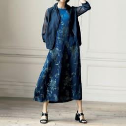 リリア社 リネンシルク ジャカード ロングワンピース コーディネート例 /ブルーの濃淡で端麗に纏うスポーティ・フェミニン。